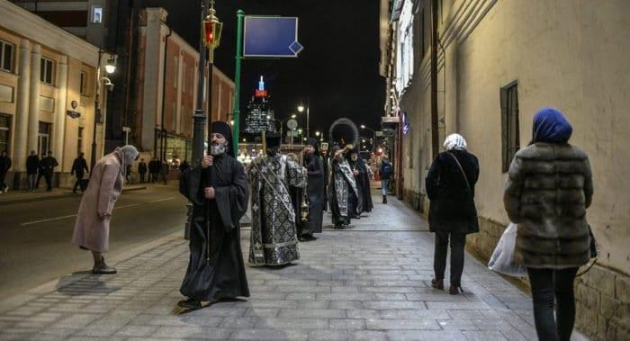 В Москве начались ежедневные крестные ходы с молитвами об избавлении от коронавируса