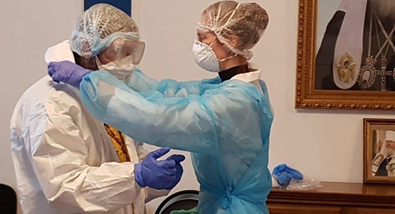 Больничным священникам наглядно показали, как посещать больных коронавирусом