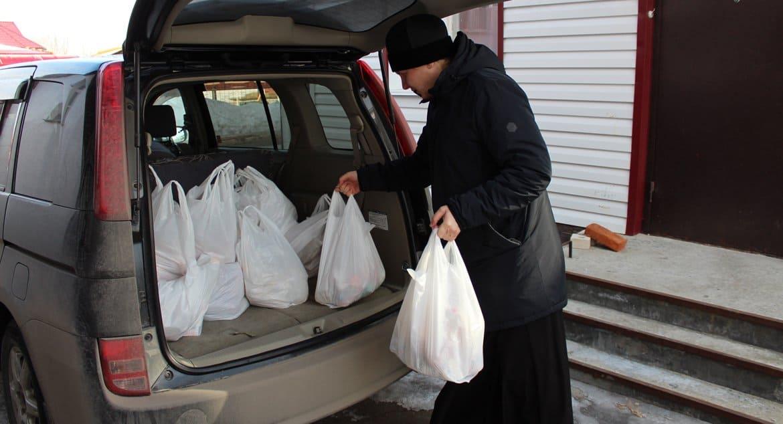 На Алтае православные волонтеры доставляют помощь пожилым в самоизоляции