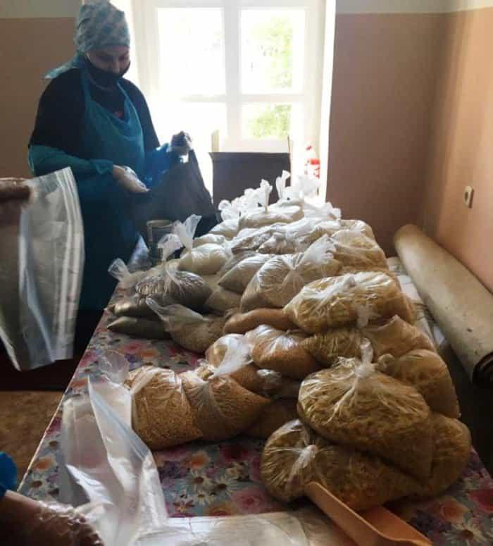 Епископ Бийский Серафим фасовал продуктовые наборы для нуждающихся