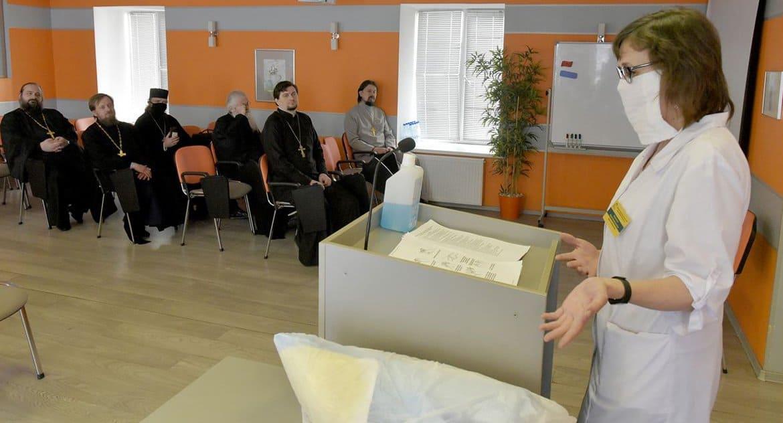 Петербургским священникам рассказали, как правильно посещать больных коронавирусом