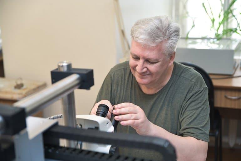 Новейший микроскоп поможет отреставрировать древние иконы Новгородского музея-заповедника