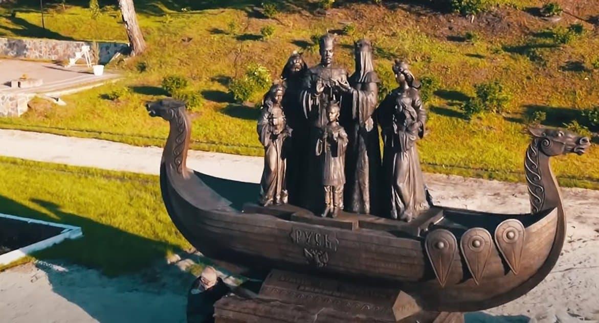 В Тюмени установили памятник Царской семье, которая стоит в ладье «Русь»