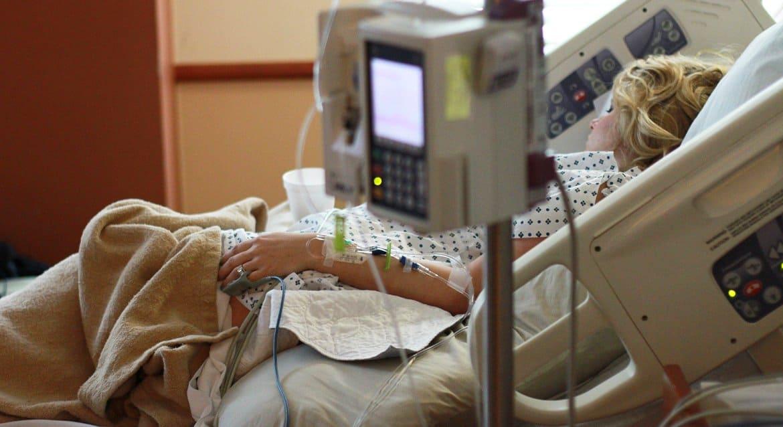 Чуть больше 300 тысяч россиян болеют коронавирусом