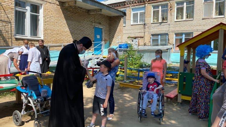 Златоустовская епархия передала для детей с ДЦП технические спецсредства