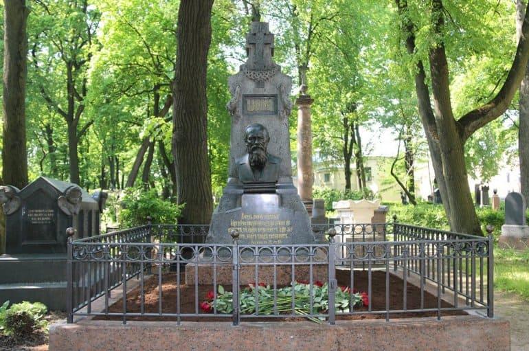 В Александро-Невской лавре отреставрировали надгробие Федора Достоевского