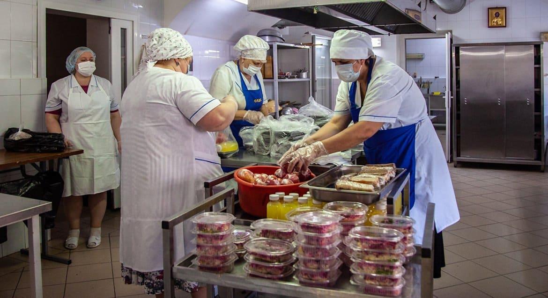 Саратовская епархия кормит врачей ковид-госпиталя горячими обедами