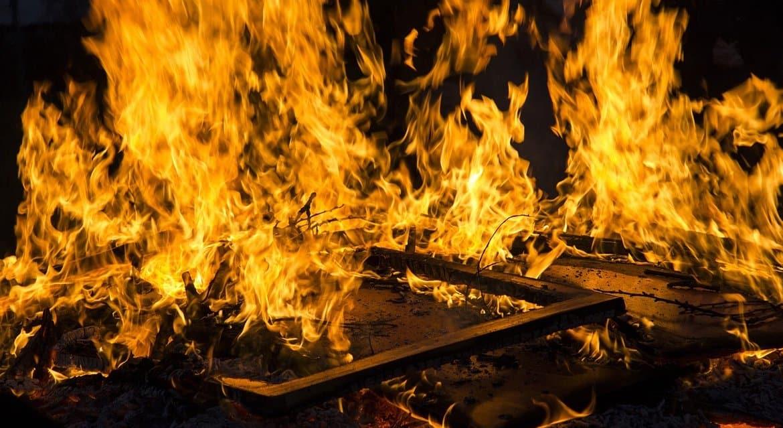 Судебный пристав спас на пожаре в Кировской области женщину с тремя детьми