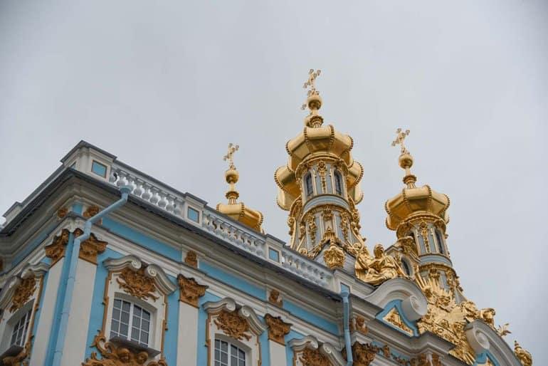В храме Екатерининского дворца Петербурга впервые после 1917 года прошла Литургия