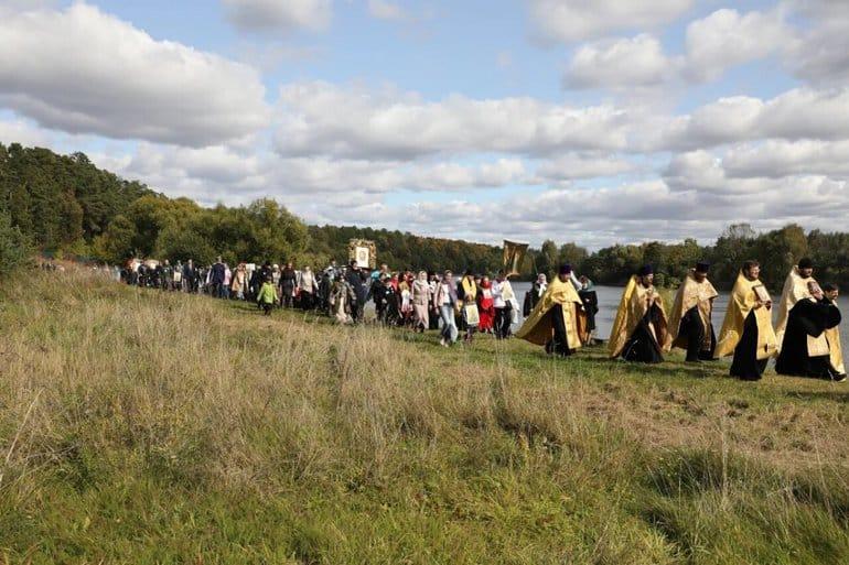 Свыше 1500 человек прошли крестным ходом в Подмосковье в память о святых из династии Романовых