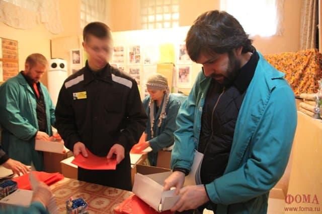 - сотрудники общества и добровольцы готовят пасхальные подарки для заключенных