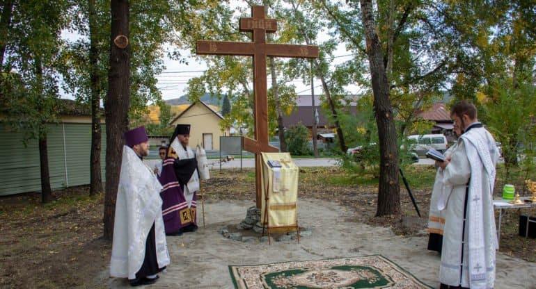 На месте упокоения участников Алтайской Духовной Миссии освятили крест