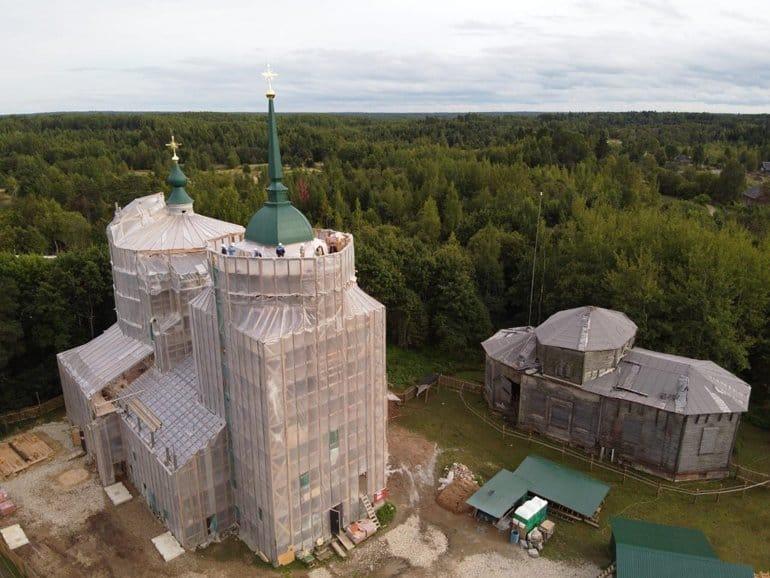 Купол с крестом установили на восстанавливаемый храм, построенный Александром Суворовым