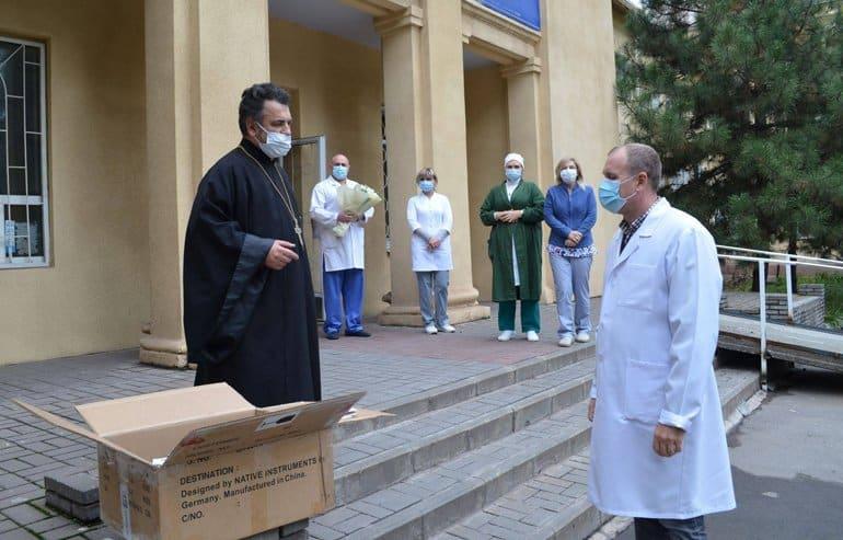 Запорожская епархия передала диспансеру оборудование для лечения детей