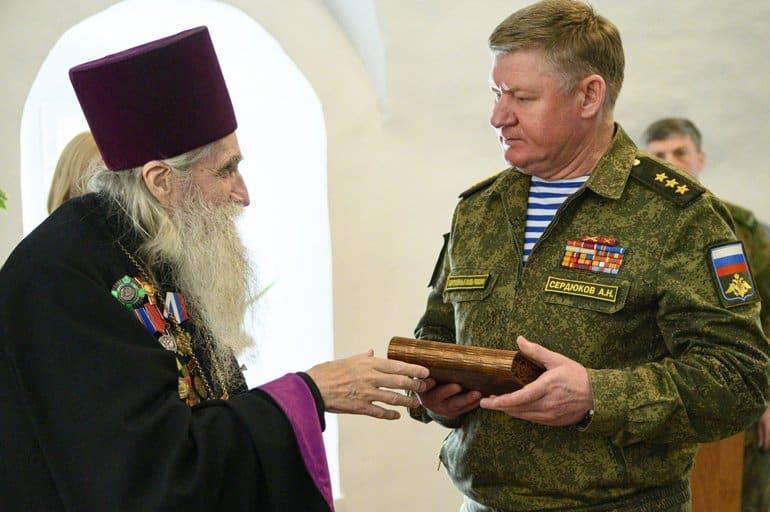 Священник передал военным архив о псковских героях-десантниках, который собирал 20 лет