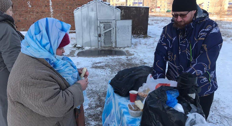 Священник организовал кормление бездомных в Ишимбае