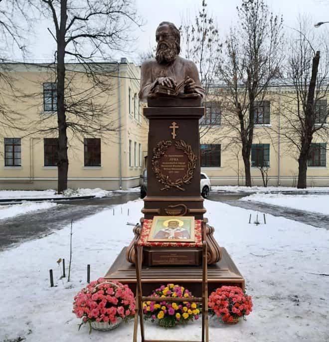 Памятник святому Луке Крымскому установили в парке больницы святителя Алексия