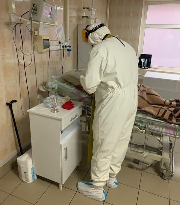Рязанский священник более 7 часов подряд причащал больных коронавирусом