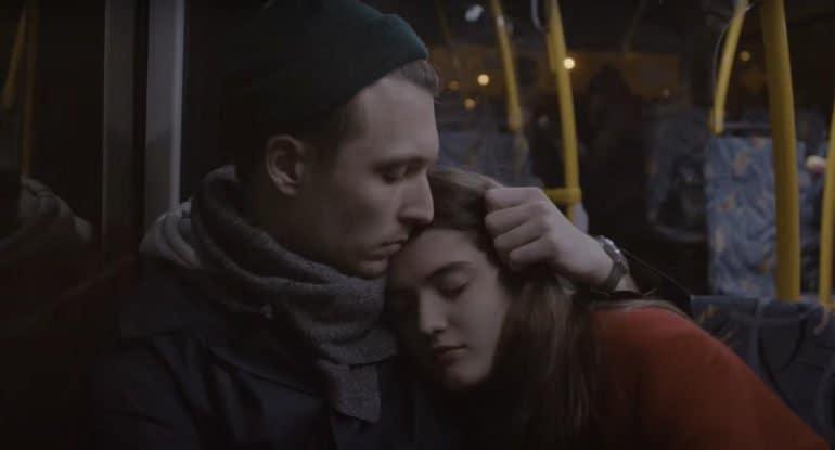 «Они сидели на заднем сиденье автобуса» Анны Колосовой — маленькое кино с большим сердцем на сайте «Фомы». Премьера