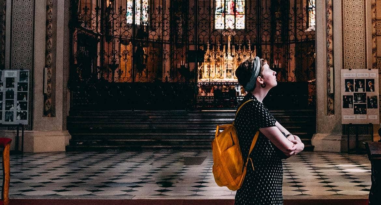 Переходя с одного края храма в другой, надо креститься?