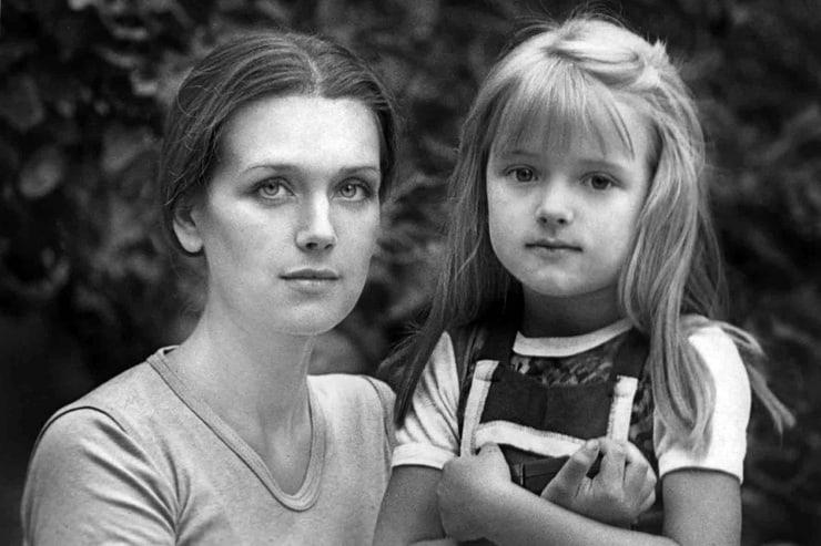 «Я наконец поняла, что нужно не стоять на своем, а быть мудрой и легкой, как она» — Ксения Алферова о своей маме Ирине Алферовой