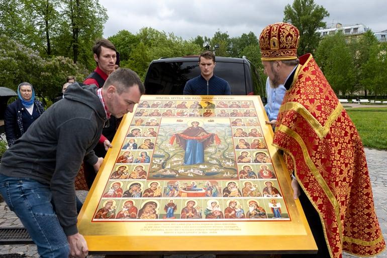 Для прихода в Петербурге создали уникальную икону с более 50 образов Богородицы
