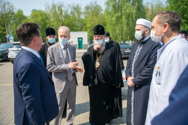Митрополит Казанский Кирилл навестил детей, пострадавших при атаке на гимназию