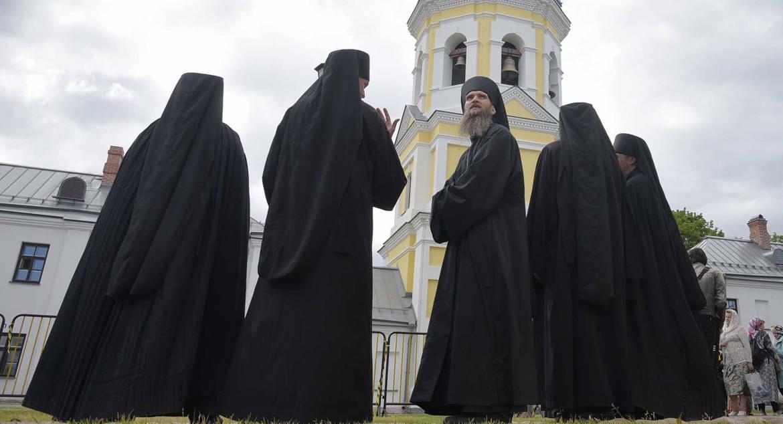Настоятель подворья Оптиной пустыни предложил строже ограничивать монахов в пользовании гаджетами