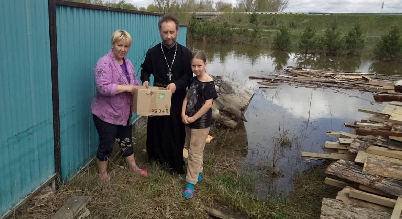 Приход красноярского села передал помощь пострадавшим от паводка
