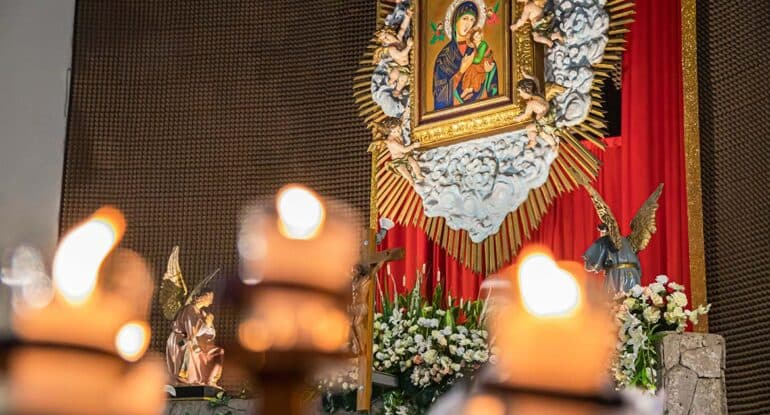 Почему трещала свеча в храме?