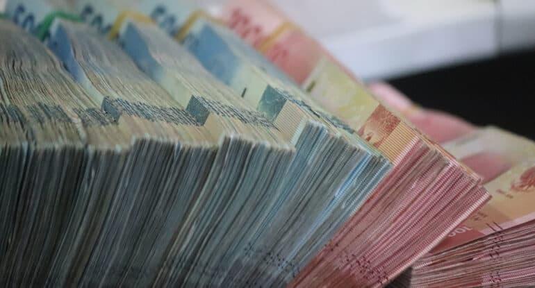 Нормально ли, когда священник берет деньги у прихожан? Разве он не получает зарплату?
