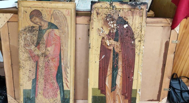 Пожарные спасли старинные иконы из горевшего собора Мирного