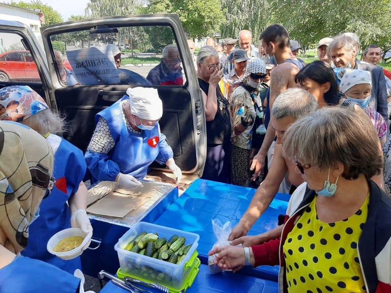 Курганская епархия создала «Сквер милосердия», в котором кормит нуждающихся