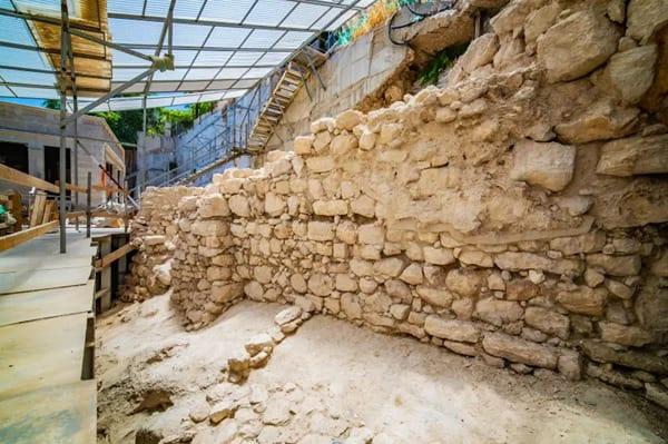 «Потерянный» фрагмент стены в Иерусалиме: как открытие археологов превратило обычные руины в важных свидетелей событий Ветхого Завета