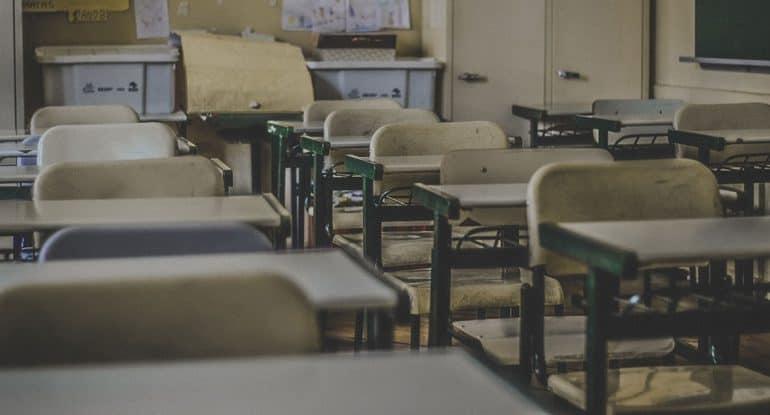 «Грех ли давать списывать уроки?» и еще 4 неожиданных вопроса священнику от школьников
