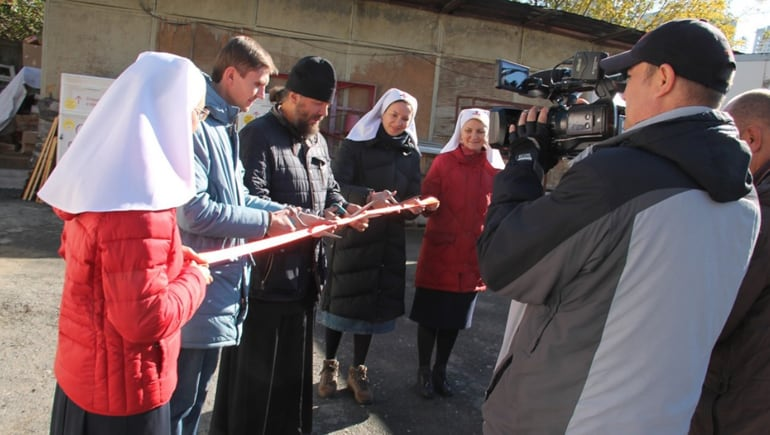 На территории восстанавливаемого собора в Екатеринбурге открылся центр гумпомощи