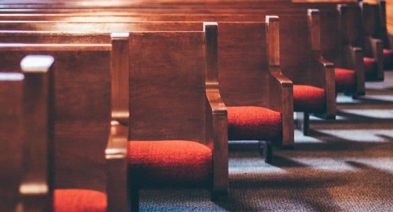 Почему в храме не установить много скамеек?