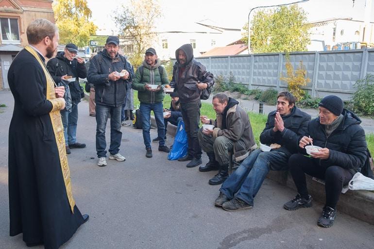 К бездомным и малообеспеченным петербуржцам поехал «Автобус милосердия»