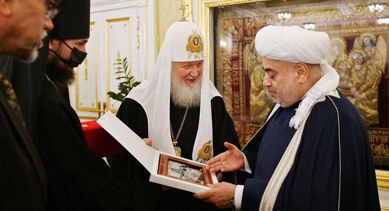 Патриарх Кирилл уверен, что вера в Бога помогает религиозным лидерам обсуждать сложные проблемы