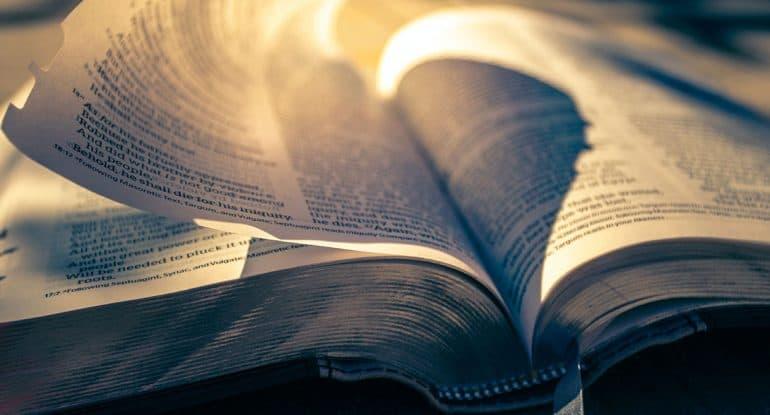 Поцарапалась о страницу библии. Это к чему?