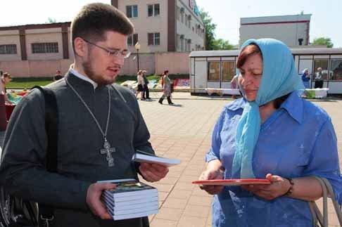 Кто и зачем раздает Евангелие на улицах?
