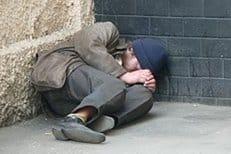 Новый закон о бродяжничестве не сможет помочь реабилитации бездомных, считают в Церкви