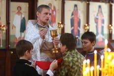 Православным священникам Чечни подарили автомобили и установили зарплату