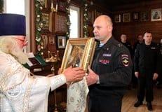 Бойцы кузбасского СОБРа передали Церкви древнюю икону, найденную в разрушенном Грозном