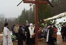 На месте сгоревшего психоневрологического интерната установили крест и памятную доску