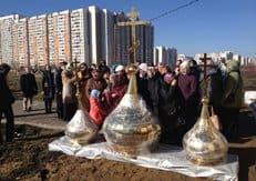 В Марьино освятили купола для строящегося храма в честь святых Петра и Февронии Муромских
