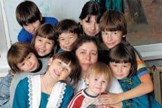 Россияне должны активнее усыновлять сирот, считает патриарх Кирилл
