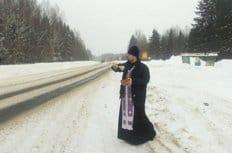 В Костромской области начали освящать опасные участки дорог