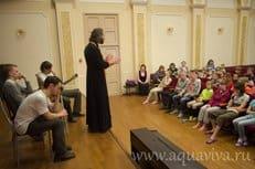 На Светлой седмице петербургские семинаристы поздравляют с Пасхой детей-сирот