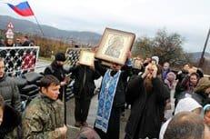 Православные Севастополя объезжают город крестным ходом и просят молитв